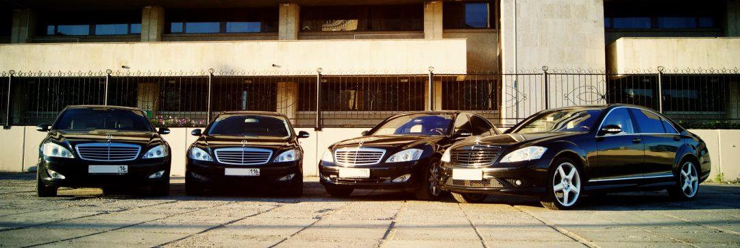 Черный Mercedes s500 w221